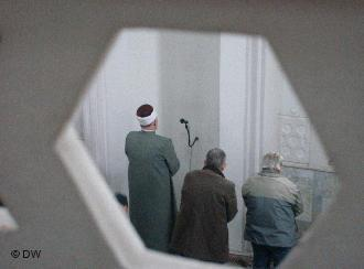 Bosnian Muslim praying in a mosque in Sarajevo (Foto: Mirsad Camdzic/DW)