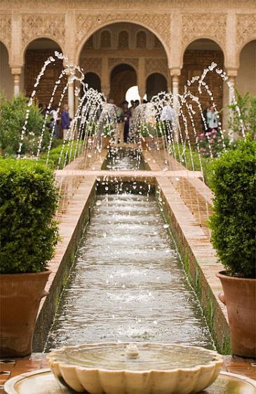 فناء قصر الحمراء في غرناطة في إسبانيا. photo: Andrew Sunn/Wikipedia/Creative Commons