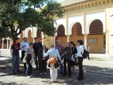 مجموعة سياح في كاتدرائية قرطبة: الكنيسة-المسجد. Foto: © dpa