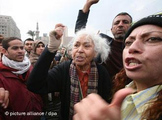 نوال السعداوي خلال احتجاجات ضد نظام مبارك في ميدان التحرير في القاهرة بتاريخ (7 فبراير/ شباط 2011). Foto: dpa/picture-alliance
