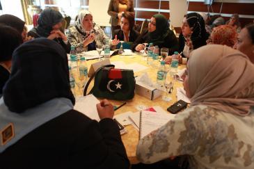"""في نوفمبر/ تشرين الثاني 2011 نظمت منظمة """"كرامة"""" في العاصمة الليبية طرابلس ورشة عمل لمشاركة النساء في عملية صناعة القرار السياسي. Foto: Dominique Margot"""