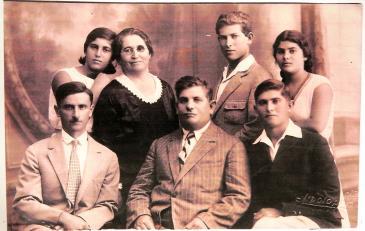 Foto von Tzila mit Chanan links und Eliezer im Zentrum sowie der vier Kinder; Foto: privat