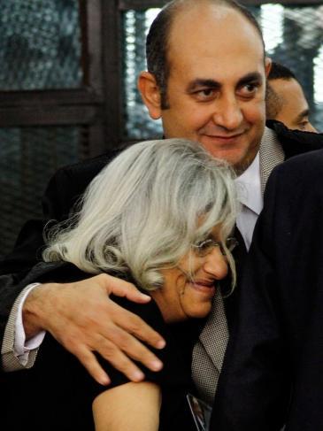 ليلى سويف والدة الناشط علاء عبد الفتاح، ومحاميه خالد علي.  Foto: picture-alliance/AP/Ravy Shaker