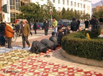 Men praying outside Et'hem Bey Mosque, Tirana, Albania (photo: DW/Pani)