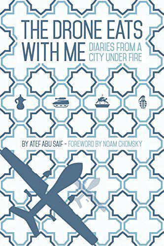 """الغلاف الإنكليزي لرواية """"الزنانة تأكل معي"""": عمل مكتوب على شكل يوميات ويتناول الفترة بين بداية ونهاية حرب غزة عام 2014. Cover of the book """"The Drone Eats with Me"""" by Atef Abu Saif (source: Comma Press Ltd.)"""