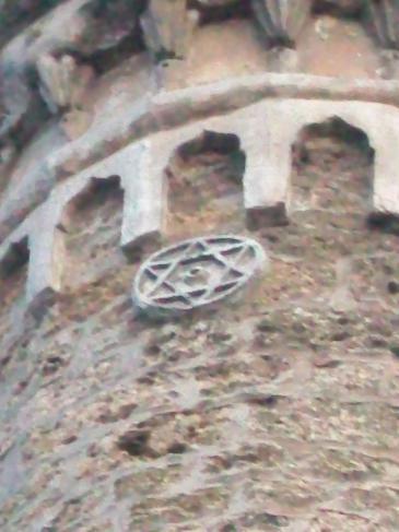 مئذنة مسجد في صربيا عليها نجمة سداسية. star on Mosque Serbian Prizren . المصدر: ويكيميديا كومونز