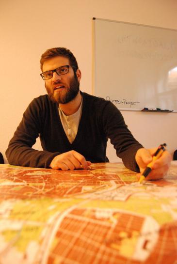 """""""الشاب الحلبي الحكم شعار المشارك في مشروع إعادة إعمار حلب. Foto: Iris Mostegel"""