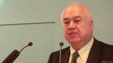 منذ أربعة عقود يقيم الأستاذ بسام الطيبي في ألمانيا وهو من أصول سورية، حيث عمل لسنوات طويلة كأستاذ للدراسات السياسية بجامعة غوتينغن.