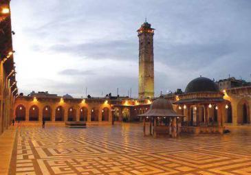 الجامع الأموي (جامع النبي زكريا) في مدينة حلب القديمة قبل الدمار.