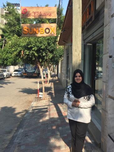 المهندسة مجد المشهراوي أمام مكتبها في مدينة غزة. Foto: Inge Günther
