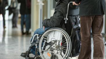 أحد ذوي الاحتياجات الخاصة على كرسي متحرك.