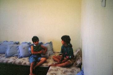 بنت العم نور (يسارا) مع المؤلفة عند الجدان في مدينة غزة، فلسطين، | © خاص