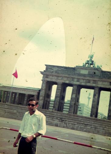 الأب، دياب، عابد، امام بوابة براندنبورغ في برلين ١٩٦٧ | ©خاص