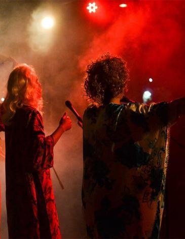 """أعضاء من فرقة """"كباريه الشيخات"""" أثناء أدائهم الفني - المغرب.  Foto: Raseef 22"""