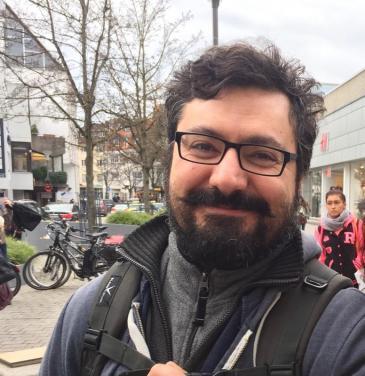 موريس عايق كاتب سوري مقيم في ألمانيا حصل على الماجستير في فلسفة التقنية والعلوم من جامعة ميونيخ.