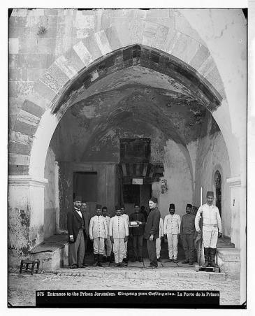 مدخل سجن في القدس مع جنود أتراك. اُلْتُقِطَتْ الصورة ما بين عامَيْ 1889 و 1914 - فلسطين.  Foto: © Library of Congress
