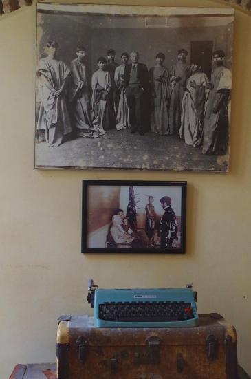 في متحف المفوَّضية الأمريكية تُظهِر صورٌ بالأبيض والأسود المؤلفَ الأمريكي بول بولز أثناء عمله على الآلة الكاتبة وتسجيله الموسيقى التقليدية في طنجة المغربية. Foto: Claudia Mende