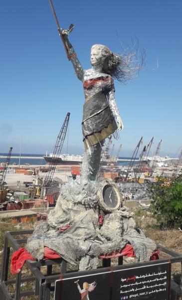 أقامت الفنانة اللبنانية حياة ناظر هذا النصب التذكاري لانفجار المرفأ القاتل الذي وقع في بيروت في آب / أغسطس 2020 - لبنان.  (photo: Stephen McCloskey)