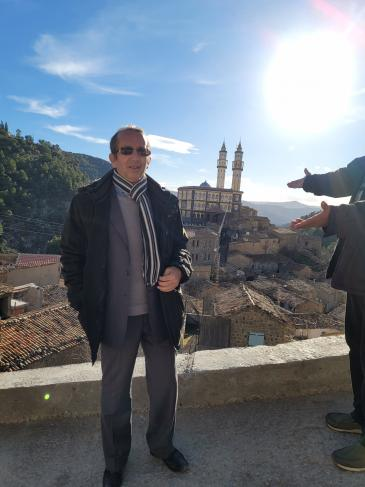 صورة الكاتب الجزائري إبراهيم مشارة في قرية القليعة.