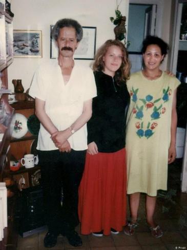 شكري في بيته سنة 1992 في طنجة، مع خادمته فتحية خياطي وصديقة سويسرية - المغرب.