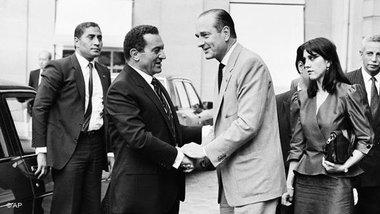 16 يوليوز/تموز 1986: مبارك في زيارة رسمية لباريس ويستقبله الوزير الأول الفرنسي آنذاك وعمدة باريس جاك شيراك