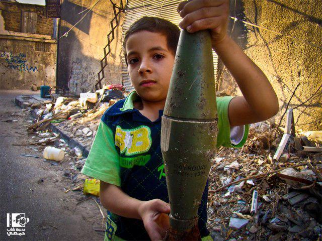 1- طفل يمسك قذيفة بيديه في الصفصافة