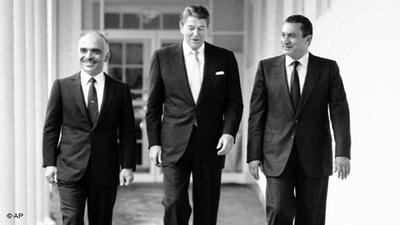 14 فبراير/ شباط 1984:الرئيس حسني مبارك في البيت الأبيض صحبة الرئيس الأمريكي الراحل رونالد ريغن والملك الأردني الراحل الحسين بن طل