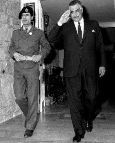 معمر القذافي في القاهرة سنة 1969 مع الرئيس المصري الراحل جمال عبد الناصر.