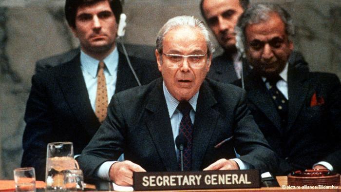 الأمين العام للام المتحدة الأسبق خافيير بيريز دي كويلار، قد تكون هذه اللحظة هي الأكثر شهرة في حياته والتي بقيت خالدة في ذاكرة العراقيين والإيرانيين عندما أعلن في 08.08.1988 انتهاء الحرب العراقية الإيرانية.