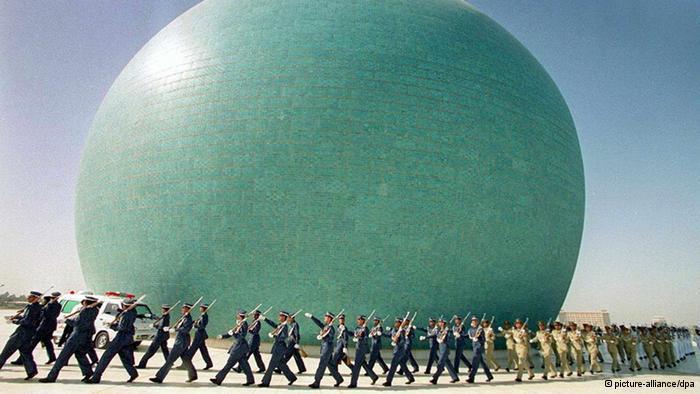 نصب الشهيد ببغداد والذي أقيم إحياءا لضحايا الحرب. خرج العراق منتصرا من الحرب ضد إيران، لكن هذه الحرب خلفت في الجانب العراقي أكثر من 340 ألف قتيل وأكثر من 700 ألف جريج و أكثر من 400 لاجئ وأكثر من 70 ألف أسير حرب.