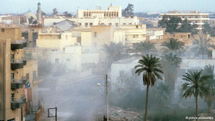 المدن العراقية وخاصة الحدودية، كالبصرة، تعرضت لدمار كبير أثناء الحرب جراء القصف المدفعي وقصف الطائرات والصواريخ بعيدة المدى. الصورة من شوارع مدينة البصرة جنوب العراق على الحدود مع مدينتي المحمرة وعبادان الإيرانيتين.