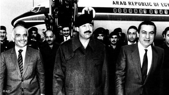 تلقّى العراق وصدام حسين دعما مطلقا من معظم الدول العربية والغربية في حربه ضد إيران. في الصورة، الرئيس المخلوع صدام حسين يستقبل العاهل الأردني الراحل الملك حسين والرئيس المصري المخلوع حسني مبارك وهما يزوران بغداد في سنة 1985.