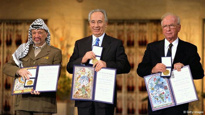 جائزة نوبل للسلام  بعد سنة من التوقيع على اتفاقية أوسلو حصل كل من اسحاق رابين وشيمون بيريز وياسر عرفات على جائزة نوبل للسلام لسنة 1994، وذلك تقديرا لجهودهم في التوصل إلى حل سلمي للصراع الإسرائيلي الفلسطيني. الصورة من حفل تسلم الجائزة في أوسلو في العاشر من ديسمبر/ كانون الأول 1994.