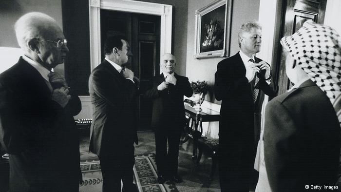 لحظات قبل التوقيع  صورة تؤرخ للحظات قليلة قبل التوقيع على الاتفاقية المرحلية حول الضفة الغربية وقطاع غزة والتي يطلق عليها اتفاقية أوسلو 2. جرت مباحثات هذا الاتفاق في مدينة طابا المصرية وتم توقيعه في واشنطن في 28 سبتمبر/ أيلول 1995. الصورة تضم: ياسر عرفات، واسحاق رابين،والرئيس الأمريكي بيل كلينتون، والملك الأردني حسين بن طلال، والرئيس المصري حسني مبارك.