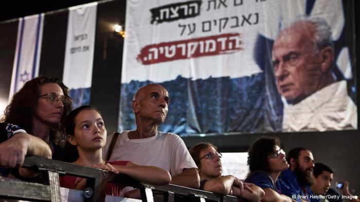 اغتيال اسحاق رابين  في الرابع من نوفمبر/ تشرين الثاني 1995 اغتيل رئيس الوزراء الإسرائيلي اسحاق رابين على يد أحد اليمينيين المتطرفين، وذلك خلال مهرجان خطابي مؤيّد للسلام. يَعتبر عدد من الملاحظين السياسيين أن اغتيال اسحاق رابين والتغيير الذي طرأ على رأس السلطة في اسرائيل لم يكن في صالح اتفاقية أوسلو.