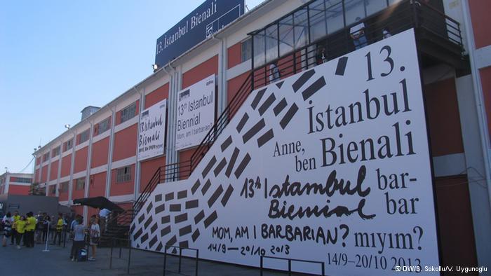 """الفضاء العام في خدمة السياسية:  """" الفضاء العام في خدمة السياسة"""" حُدّد كشعار للدورة الثالثة عشر للمهرجان """"بينالي اسطنبول""""، وذلك قبل فترة طويلة من اندلاع احتجاجات حديقة غيزي التي انضم إليها غالبية الفاعلين في المشهد الثقافي في اسطنبول. من المؤكد أن الأحداث تجاوزت اليوم شعار دورة المهرجان وبرنامجه. ورغم الحديث عن الفضاء العام، إلا أن الأعمال الفنية تقدم في القاعات."""