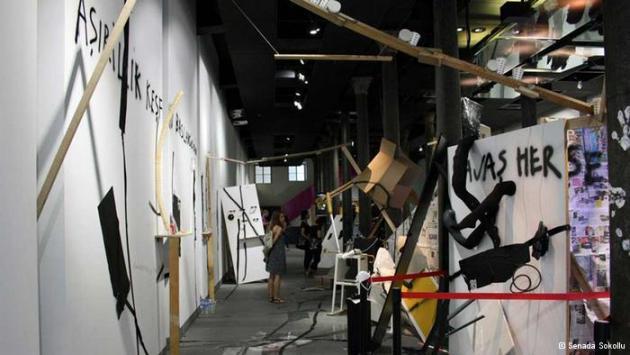 """الفوضى والفن:  أيضا قاعة """"بيوغلو"""" تقع في مركز المدينة. وفيها قام الفنان الأرجنتيني ديغو بيانشي بتقديم نسخة عجيبة من سوق، حيث يباع ويشترى كل شيء. والفريد في أعمال بيانشي، الطريقة الفوضوية والمثيرة لتقديم الأشياء، وذلك في غرف غير منتهية البناء."""
