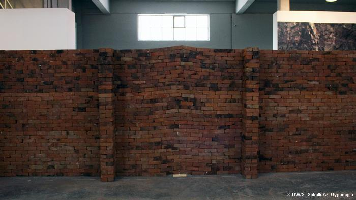 """"""" القصر"""":  أتاح العرض داخل القاعات المسقفة الفرصة للفنانين لعرض لوحاتهم بأشكال جديدة لم تكن متاحة في الفضاء العام. وقام الفنان خورخي مينديس بلاك بوضع نسخة من رواية الكاتب فرانس كافكا فوق جدار، يظهر وكأنه مائل وغير ثابت. والهدف إظهار أن الأشياء الصغيرة بإمكانها التأثير على بنية نظام كبير."""