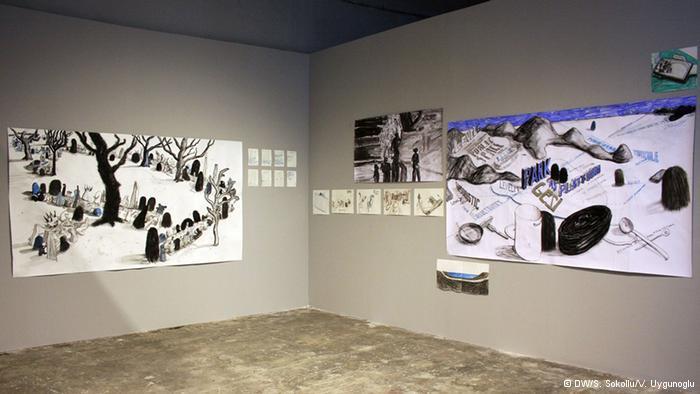 """إفطار سياسي:  يعالج الفنان الألماني كريستوف شيفر في أعماله موضوع الفضاء العام كمنبر سياسي. وتظهر اللوحة في الوسط، """"إفطارا سياسيا""""، وذلك في شهر رمضان في منطقة يانيكوي في اسطنبول. وأعقبت وجبة الإفطار هذه نقاشات سياسية بناءة، حسب الفنان كريستوفر وهو ما ترك انطباعا قويا لديه."""