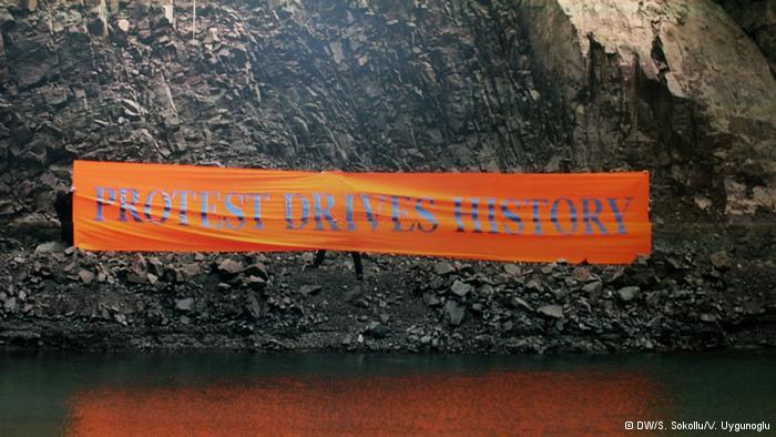 """احتجاجات من أجل التغيير:  هذا العمل المشترك بعنوان """"حرر"""" بطول عشر أمتار، والذي ساهم في إنجازه البريطانيون دايف بيش وأندي ويويت وميل جردون، هو إشارة إلى أن التحركات الجماعية قادرة على إحداث تغييرات داخل المجتمع. وفي الأصل، كان هذا الملصق معلق في العاصمة لندن."""