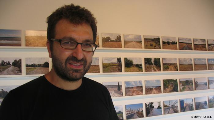 """""""بين بحرين"""":  يعالج المصور الفوتوغرافي سيركان تايسان من خلال مشروعه الفني الانتشار الهائل والمثير للجدل للمشاريع العقارية في أكبر المدن التركية. وقد صور ذلك عبر شريط لورش بناء بحدود ستين كيلومترا، يمتد من ضفاف البحر الأسود إلى بحر مرمرة. الأمر الذي دفعه إلى إطلاق عنوان """"بين بحرين"""" على مشروعه."""