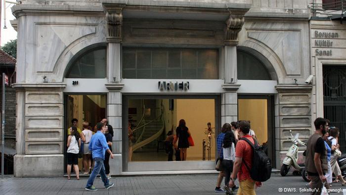 """استراحة فنية:  """"آرتير- مكان للفن"""" يعد من بين أهم القاعات الفنية العشر في المدينة، خاصة وأنه يقع على شارع الاستقلال، أهم شوارع اسطنبول المؤدية إلى ساحة """"تقسيم"""". ويضمن تواجده في هذا الموقع توافد عدد كبير من الزوار على المعرض."""