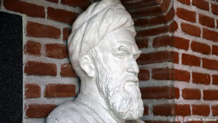 الخميني:  صورة غير مألوفة. تمثال نصفي للخميني، مؤسس الجمهورية الأسلامية في إيران، الراس ينتصب في المسجد الأزرق بالعاصمة الأرمينية يريفان.