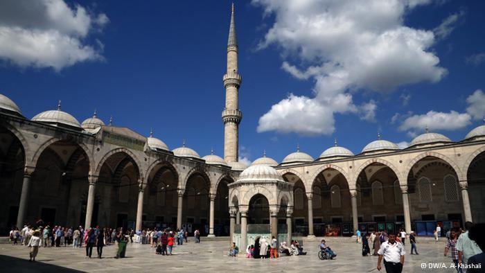 مسجد السلطان أحمد:  في الضفة الأخرى من البحر الأسود، تقع أسطنبول. حاضرة غنية عن التعريف. صورة لمسجد السلطان أحمد في عاصمة العثمانيين، أسطنبول.