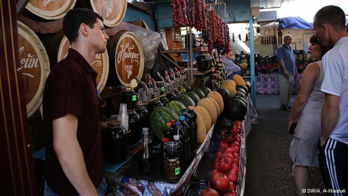 بازار شرقي  عصير الرمان الشهير في يالطا. يبيعه الأذربيجانيون في أوكرانيا، بجانب منتجات أوكرانية من القرم. يمتزج الشرق مع الغرب في شبه جزيرة القرم.