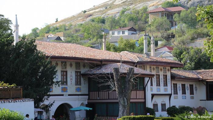 """قصر خان التتار:  """"بغجه سراي"""" هو أسم عاصمة ملوك التتار بوسط القرم . يقع قصر الخان في وسط المدينة الواقعة بين الجبال ويضم أيضا المسجد ومقبرة الأسر المالكة."""