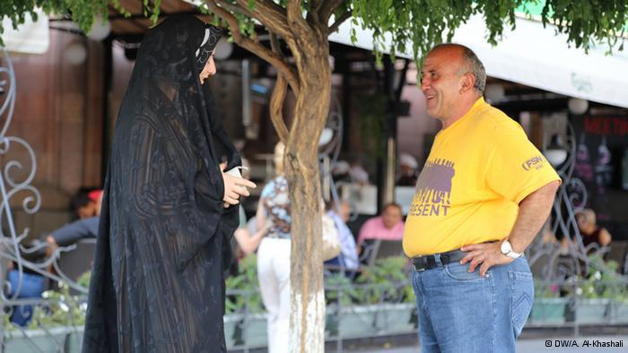 يريفان الوادعة:  رجل أرميني وامرأة مسلمة بوسط ميدان الجمهورية بعاصمة أرمينيا. المراة تبدو بلباس الجادر الإيراني. ترتبط إيران بأرمينيا بعلاقة موغلة في القدم.
