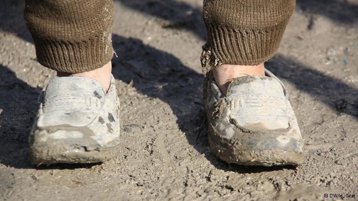 الاحتياج: اضطر هذا الصبي، في أحد مخيمات اللاجئين في كابول، إلى قبول حذاء أكبر مقاسا من مقاسه.