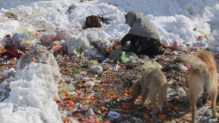 الغذاء؟ بعض الأطفال يبحثون في مكبات القمامة عن الطعام أو يجمعون النفايات لبيع ما هو صالح منها.
