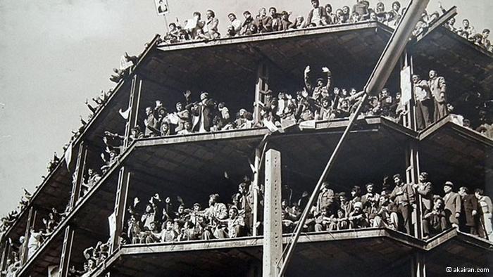 الشعب يحتفل بإسقاط الشاه